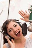 Linda garota cantando no estúdio de música — Fotografia Stock