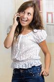 Młode piękne hiszpanin kobieta za pomocą jej telefon komórkowy — Zdjęcie stockowe
