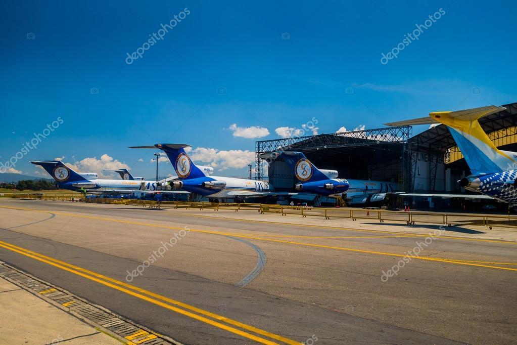 Lineas aereas suramericanas aviones alineados y hangar en for Puerta 6 aeropuerto el dorado