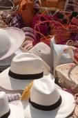 Straw hats and colorful sewn handbags in a beach market, Pedernales, Ecuador — Stock Photo