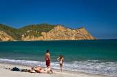 Unidentified tourists enjoying the beautiful ecological Los Frailes beach, Machalilla National Park, Ecuador — Stock Photo