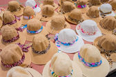 Traditional Colombian colorful straw hats from street vendors in Colombias most important folklore celebration, the Carnival of Barranquilla, Colombia — Fotografia Stock