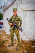 Colombian army soldier carrying an assault rifle AK 47 during Colombias most important folklore celebration, the Carnival of Barranquilla, Colombia — Stock Photo