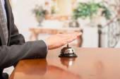 Клиент звонит колокол отеля на стойке регистрации — Стоковое фото