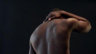 アフリカ系アメリカ人の男の手で彼の首をこする — ストックビデオ
