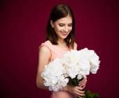 Портрет счастливой женщины с цветами — Стоковое фото