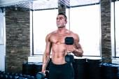 Allenamento muscolare uomo con manubri — Foto Stock
