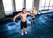 筋肉男とダンベル フィット女性のワークアウト — ストック写真
