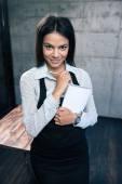 Uśmiechający się piękne kobiece kelner w fartuch — Zdjęcie stockowe