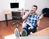 Podnikatel mluví po telefonu v úřadu — Stock fotografie
