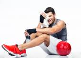 Fitness man resting on the floor — Стоковое фото