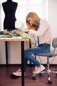 Weiblich-Designer mit der Nähmaschine in workshop — Stockfoto