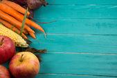 Färska grönsaker på bordet — Stockfoto