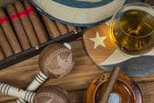 Puros y ron o alcohol en mesa — Foto de Stock