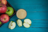 Farm fresh organic red and green apples pressed juice in glass o — Stock Photo