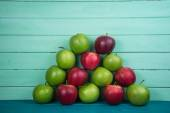 Farm fresh pyramid of organic red and green autumn apples on woo — Foto de Stock