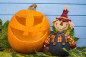Scarecrow and natural Halloween pumpkin — 图库照片