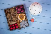Retro wooden box with Christmas decorations and lantern — 图库照片