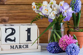 First day of spring flowers and callendar — Stock Photo