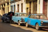 HAVANA, CUBA - JANUARY 20, 2013 Classic American car park on str — Foto de Stock