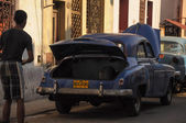 HAVANA, CUBA - JANUARY 20, 2013 Classic American car park on str — Stockfoto