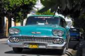 HAVANA, CUBA - JANUARY 30, 2013 Classic American car park on str — Stock Photo