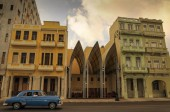 Havanna, Kuba - 20 januari 2013 klassisk amerikansk bil köra på st — Stockfoto