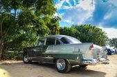 Trinidad, Kuba - den 11 December, 2013: Gamla klassiska amerikanska bil par — Stockfoto