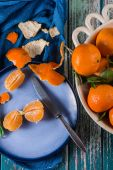 Fresh clementines in bowl and peeled on plate from above — Stock Photo
