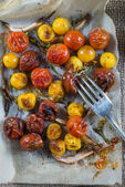 Helthy clean eating,roasted tomato with herbs from above — Stock Photo