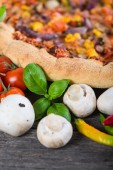 Fresh homemade vegeterian pizza with ingredients, overhead — Stock Photo