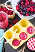 Filling ice cream moulds with homemade juice — Stock Photo