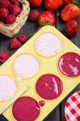 Takže domácí letní ovocné lízátko pop — Stock fotografie