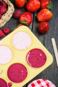 Preparation of homemade ice cream lollies with fresh fruits — Stock Photo