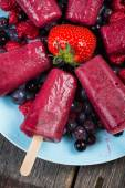 Homemade organic berry fruit lolly pops — Stock Photo