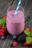 Homemade antioxidant summer fruits smoothie — Stock Photo