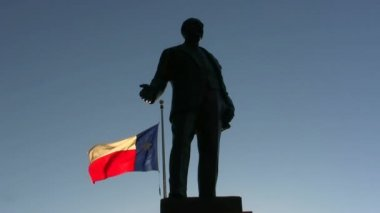 Texas Flag and Statue at Dealey Plaza, Dallas Texa — Stock Video