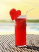 Cocktail alla frutta su un tavolo di spiaggia — Foto Stock