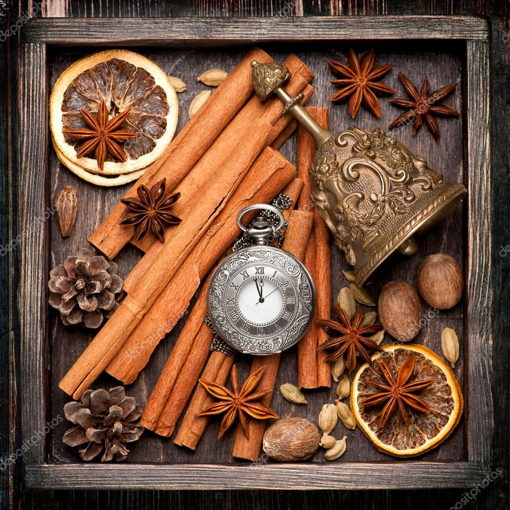 Christmas spices and decoration in vintage box christmas for Decoration retro cuisine