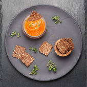 Dip sauce roasted peppers and flax chips. top viewt — Foto de Stock
