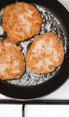 Fresh juicy grilled meat patties in a frying pan — Stock Photo