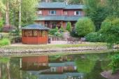 Vackra trähus och en trä lusthus vid vattnet — Stockfoto