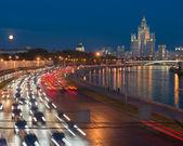 Traffic on Moskvoretskaya waterfront on the background of Stalin — Stock Photo