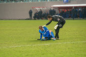 Goalkeeper helps injured player — Stock Photo