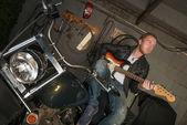 Mann spielt Gitarre-Rock-Musik — Stockfoto