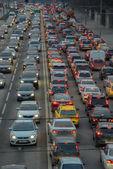 Stands de automóveis no tráfego jam no centro da cidade — Fotografia Stock