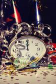 Reloj con alarma y decoraciones de mesa — Foto de Stock