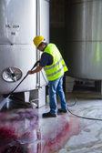 Worker in hard hat pressure washing — Foto de Stock