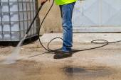 Worker pressure washing — Fotografia Stock