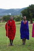 Kenyan maasai men in mantles — Stockfoto